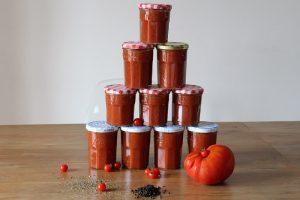 Conserves de coulis de tomate aux épices